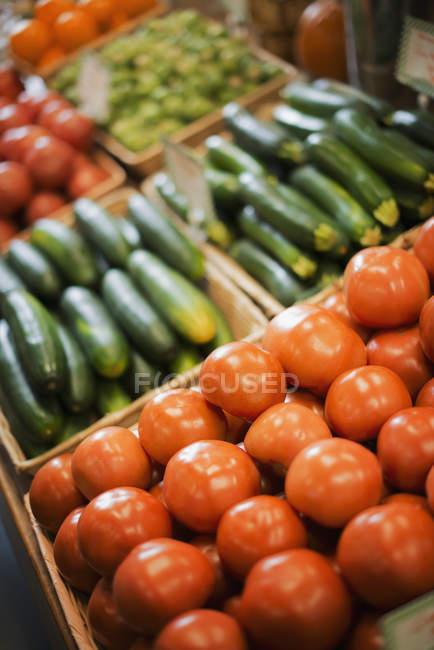 Ферма стенд дисплей органических овощей. — стоковое фото