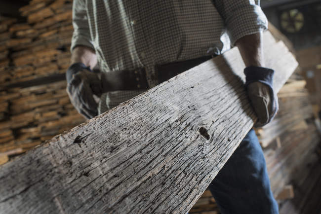 Mann mit großen Holzbrett — Stockfoto