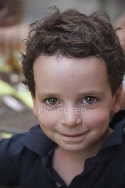 Молодий хлопчик дивлячись вгору і посміхається — стокове фото