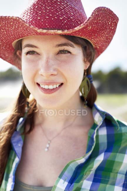 Frau mit rosa Strohhut — Stockfoto