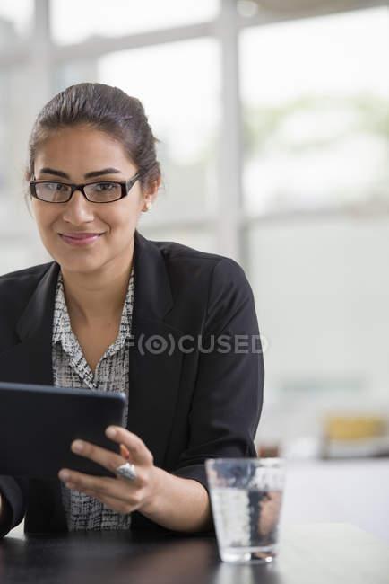 Деловая женщина с помощью цифрового планшета. — стоковое фото