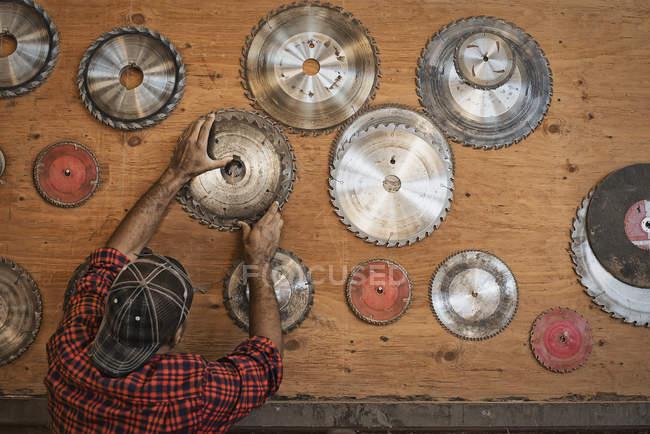 Uomo con lame per seghe circolari — Foto stock