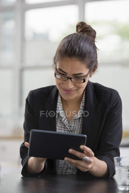 Geschäftsfrau mit digitalem Tablet. — Stockfoto