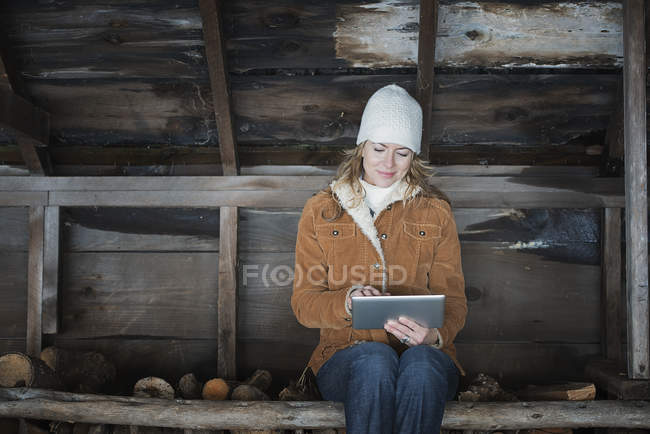Mulher usando tablet digital. — Fotografia de Stock