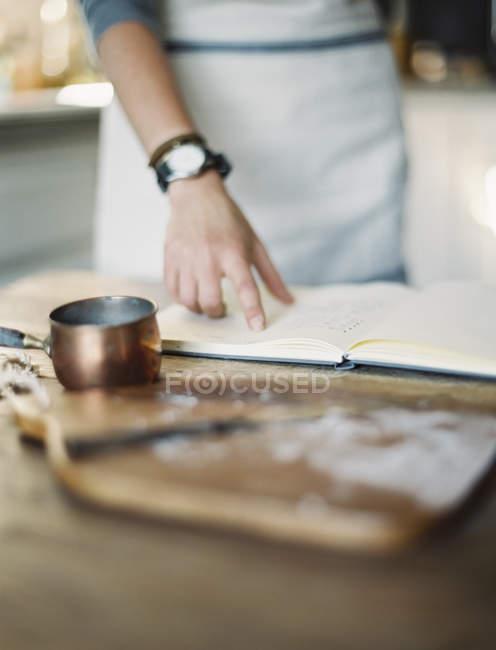 Donna che legge il libro di ricette — Foto stock
