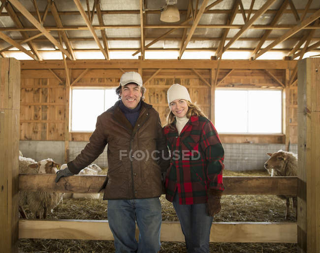 Menschen, die von einem Stift voller Schafe stehen — Stockfoto