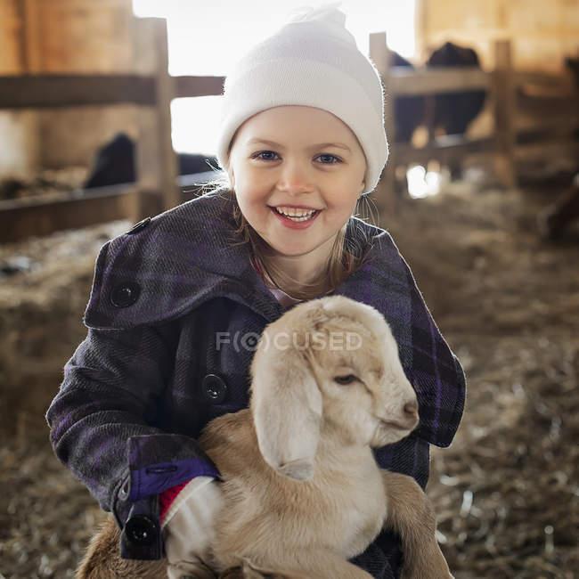 Ragazza con la capra del bambino — Foto stock