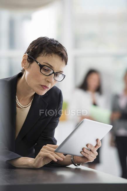Женщина с цифровым планшетом. — стоковое фото
