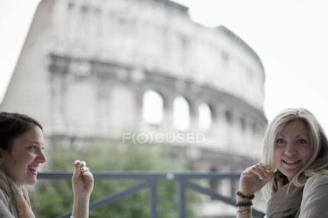 Женщины за пределами Колизей в Риме. — стоковое фото