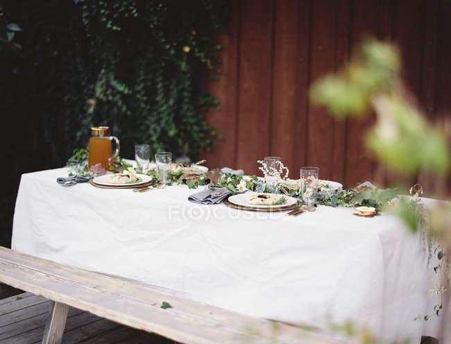 Tisch gelegt für besondere Mahlzeit — Stockfoto