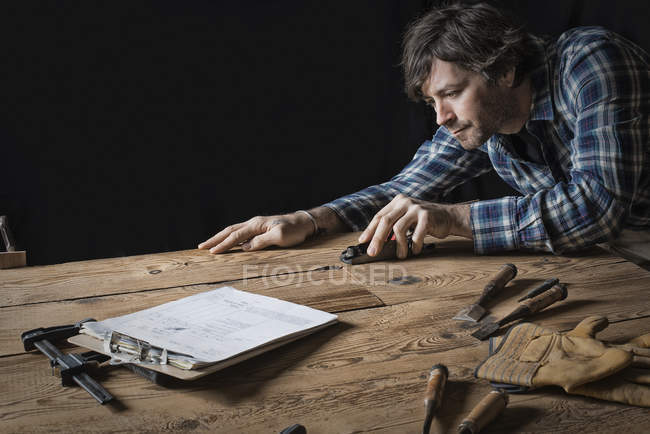 Man working in a reclaimed lumber — Stock Photo
