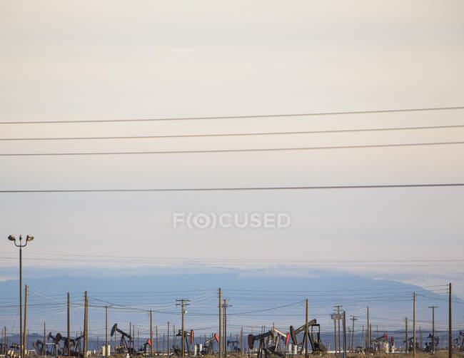 Ölplattformen und Stromleitungen — Stockfoto