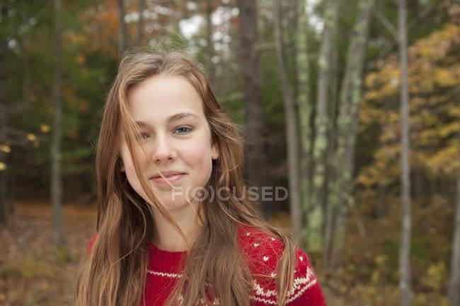 Девушка в красном зимнем трикотаже . — стоковое фото
