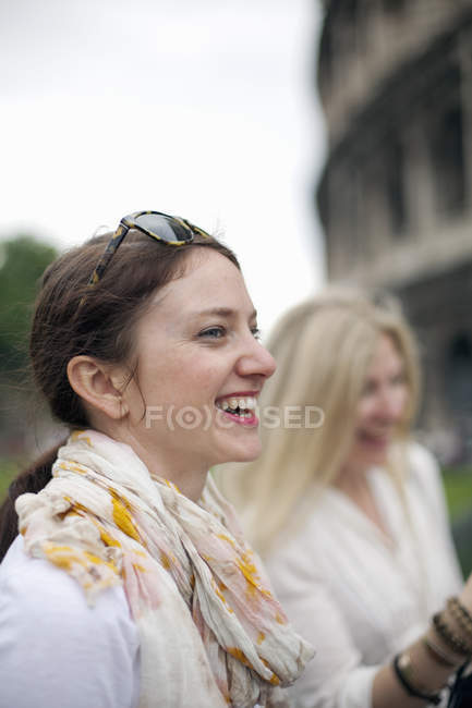 Women standing outside the Colosseum — Stock Photo