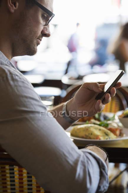 Uomo controllando il suo smart phone . — Foto stock