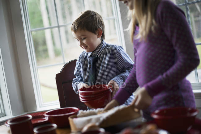 Children laying the table with crockery for a meal. — Stock Photo
