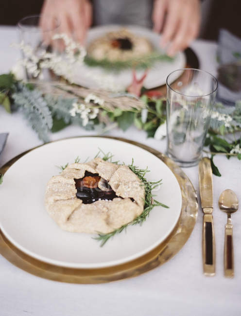 Tampo da mesa coberta com um pano branco — Fotografia de Stock