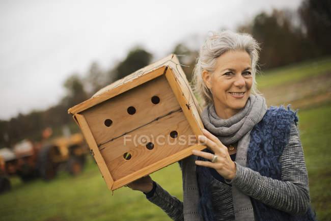 Donna che tiene una scatola di insetti — Foto stock