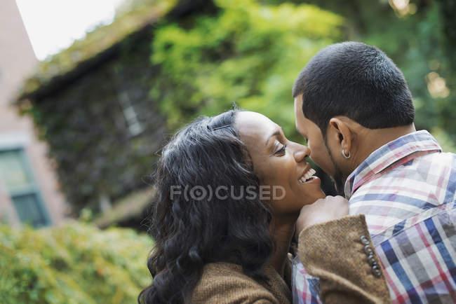 Пара обіймає одне одного. — стокове фото