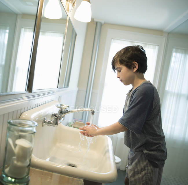 Boy washing his hands — Stock Photo