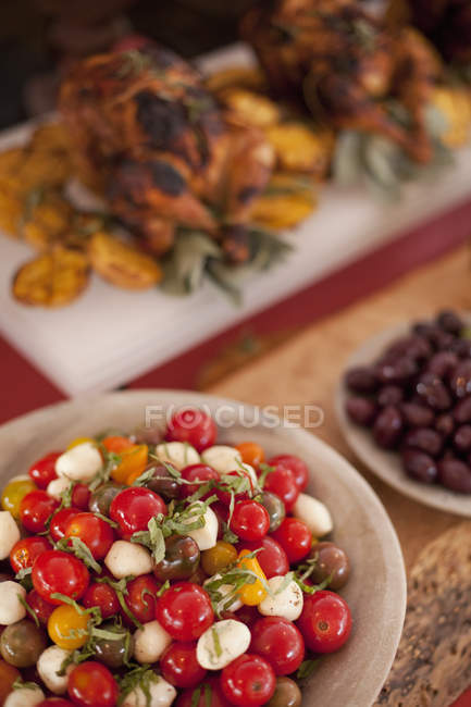 Salate und Chicken dish — Stockfoto