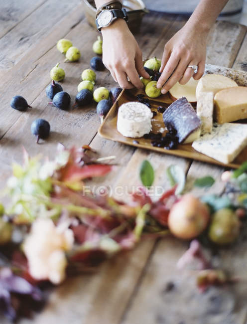 From farm to plate - figs and cheese — Stock Photo