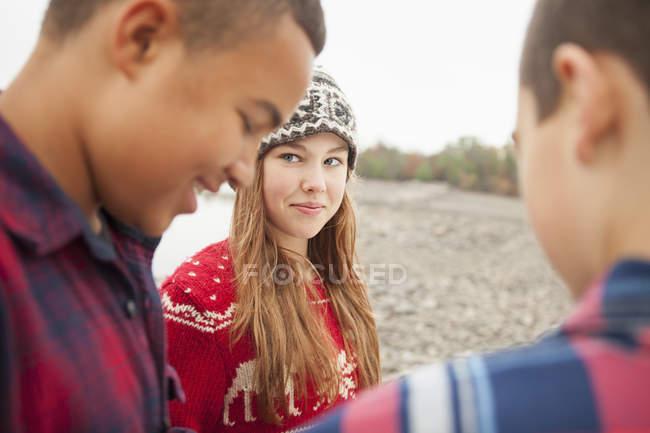 Подростки, девочка и два мальчика . — стоковое фото