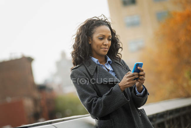 Woman using a mobile phone. — Stock Photo