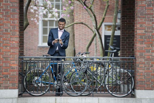 Mann im Anzug mit Smartphone — Stockfoto