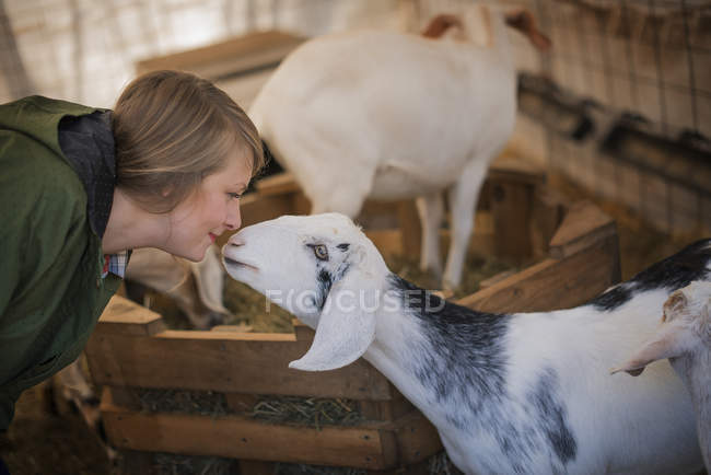 Donna in una stalla in una fattoria biologica . — Foto stock