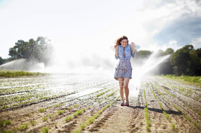 Arroseurs d'irrigation femme travaillant en arrière-plan . — Photo de stock