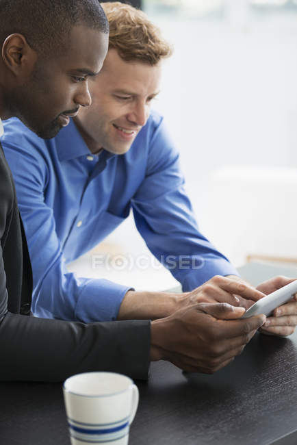 Мужчины, глядя на цифровой планшет. — стоковое фото