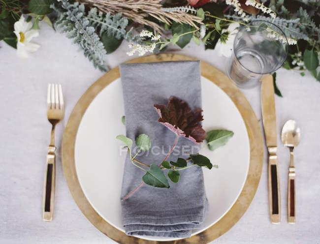 Placer le cadre avec couverts et assiette — Photo de stock