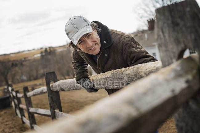 Людина на фермі в зимовий період. — стокове фото