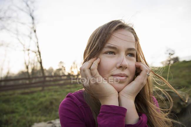 Девушка с подбородком в руках — стоковое фото