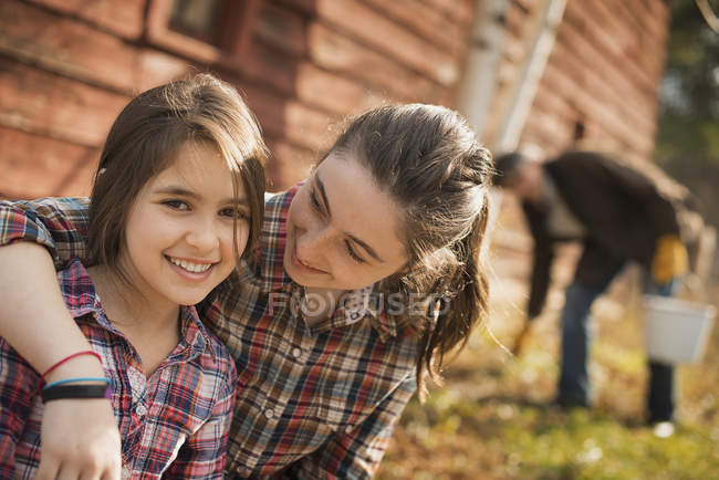 Schwestern auf Biohof. — Stockfoto