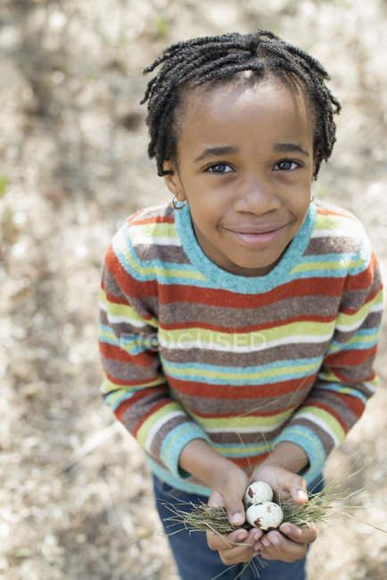 Мальчик, держащий гнездо — стоковое фото
