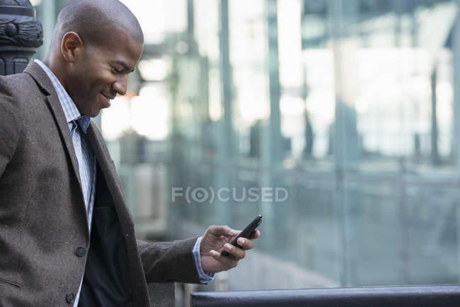 Uomo all'aperto controllando il cellulare . — Foto stock