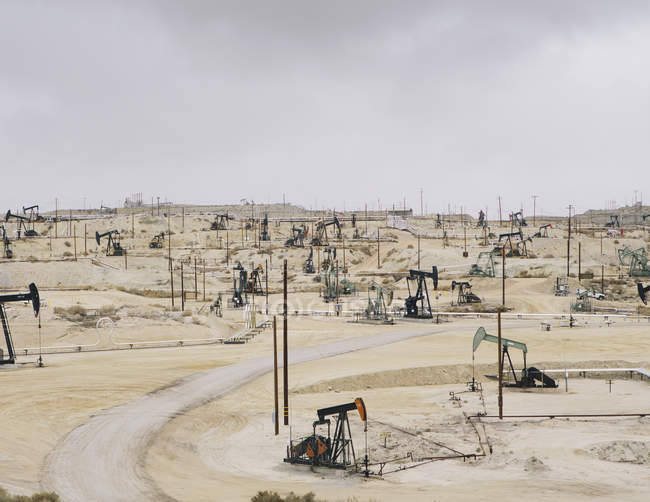 Oil rigs and wells — Stock Photo