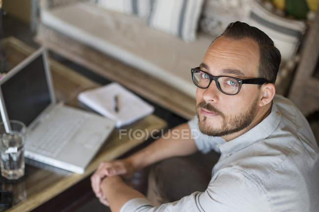 Uomo seduto e utilizzando un computer portatile. — Foto stock