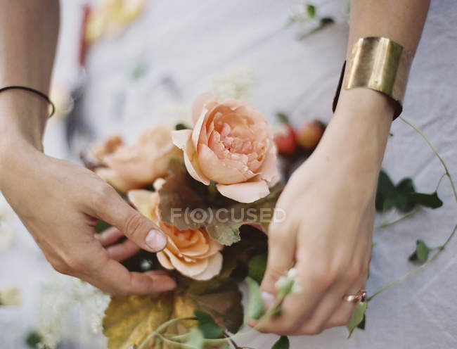 Woman arranging fresh flowers — Stock Photo
