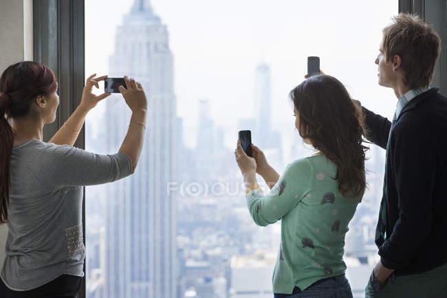 As pessoas levam imagens da cidade — Fotografia de Stock