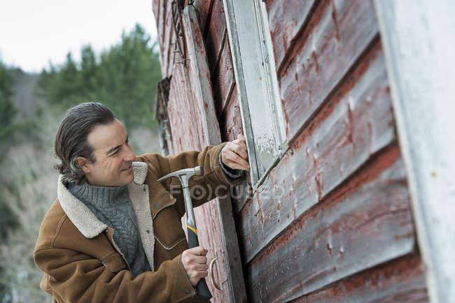 Granero reparación de hombre - foto de stock