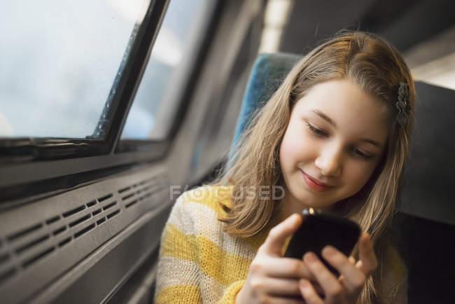 Блондинка девушка, сидя у окна на поезде — стоковое фото