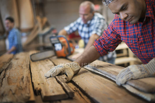 Men working reclaimed lumber workshop — Stock Photo