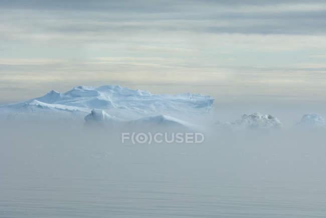 Eisberg und Land Masse vor Baffin Bay — Stockfoto