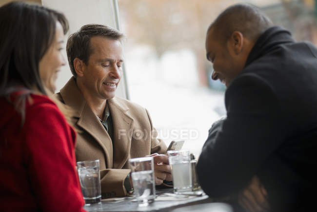 Люди в кафе. — стоковое фото