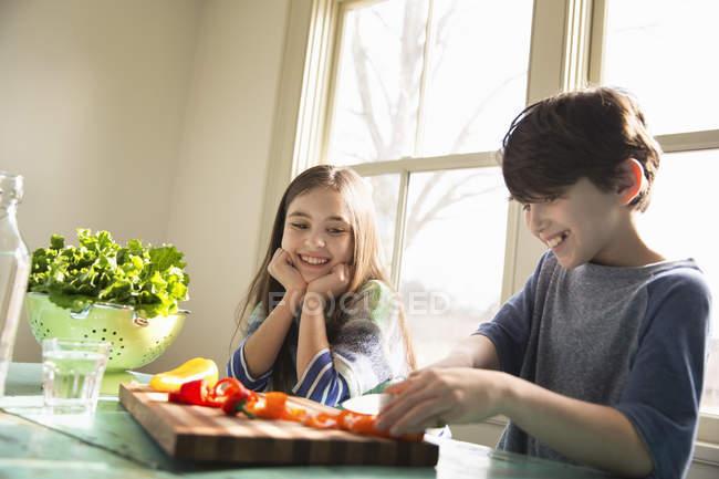 Dos niños sentados a la mesa - foto de stock