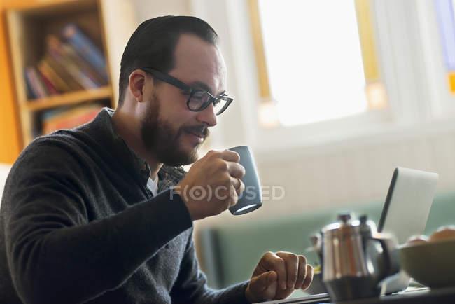 L'uomo barbuto che prende un caffè . — Foto stock