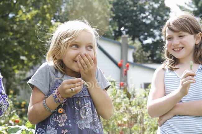 Crianças ao ar livre em um jardim de rir. — Fotografia de Stock